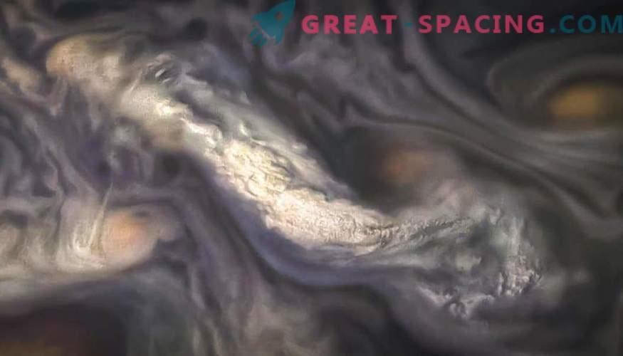 Mistero delle barre di colore di Jupiter