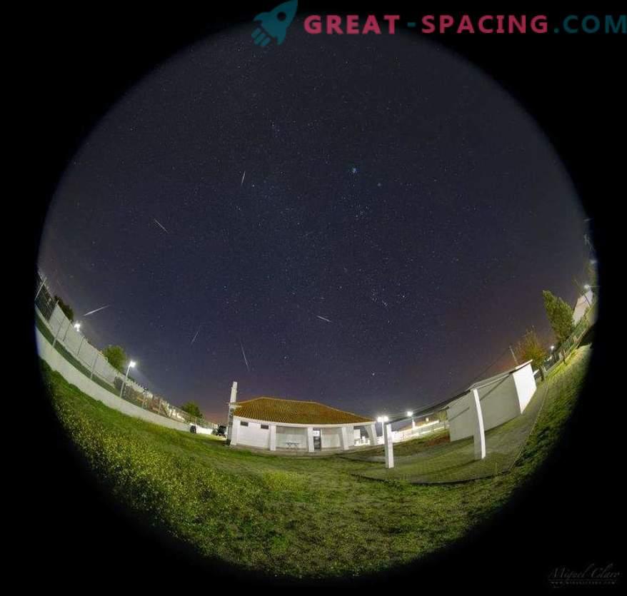 Cometa, Pleiadi e pioggia di meteore in una foto
