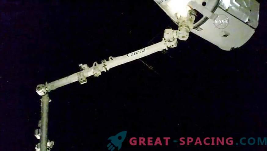 Drago attraccato con successo con ISS.