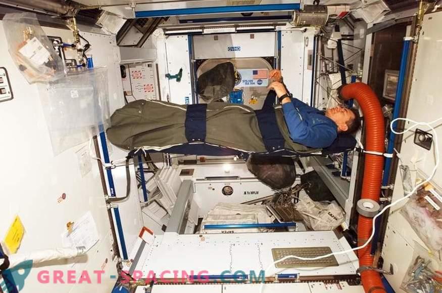 Come vivono gli astronauti della ISS: routine quotidiana, tempo libero, sonno e cibo