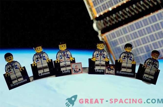 L'astronauta del Regno Unito dimostra la stazione spaziale LEGO per i piloti liberi