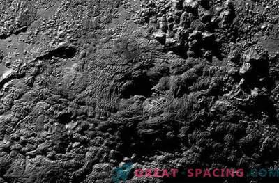 Strange gore na Plutonu so lahko ledeni vulkani