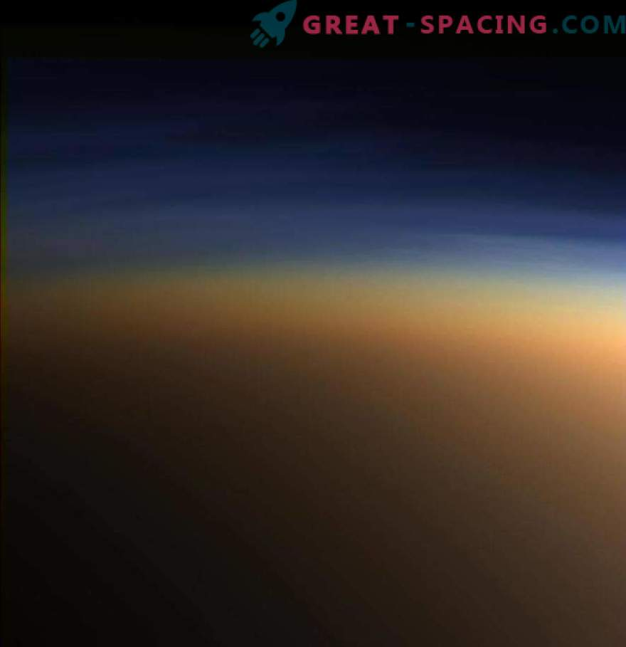 Cassini ha scoperto cristalli di ghiaccio di metano nell'atmosfera di Titano