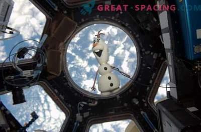 Olaf - pupazzo di neve con le noci nello spazio
