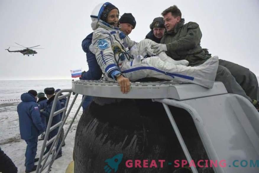 L'astronauta e due astronauti sono tornati dalla ISS