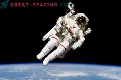 Affascinante passeggiata spaziale sulla stazione spaziale: foto