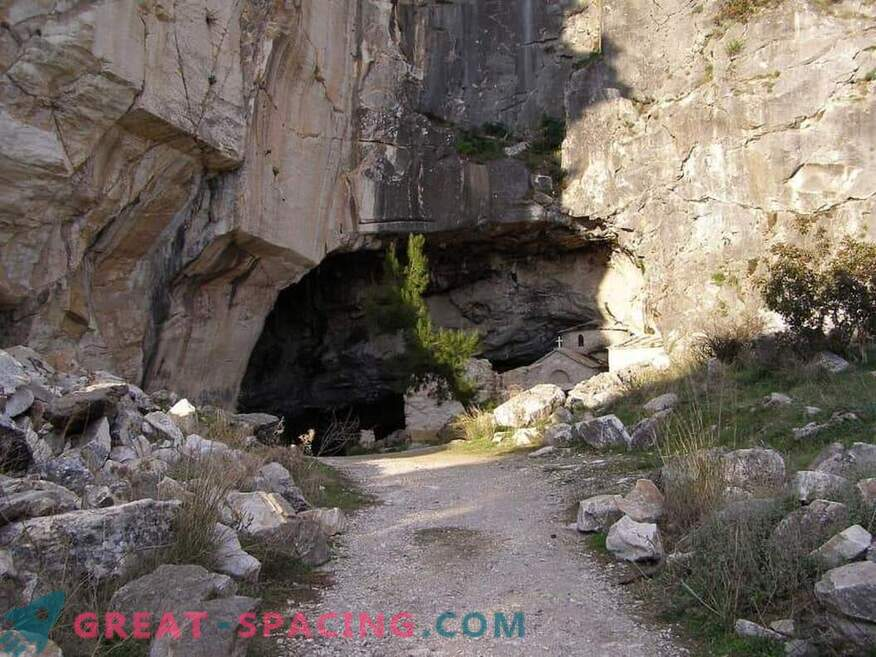 Strana attività nella grotta di Davelis. Spiegazione scientifica e versioni di ufologi