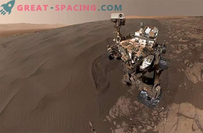 Selfie nella sandbox! La curiosità gioca nelle dune di sabbia di Marte